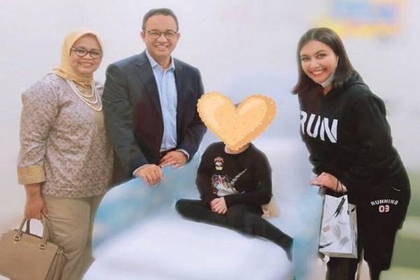 Gubernur DKI Jakarta Anies Baswedan menjenguk Shakira Aurum, putri Denada, yang dirawat di Singapura karena leukimia.  - Instagram @denadaindonesia