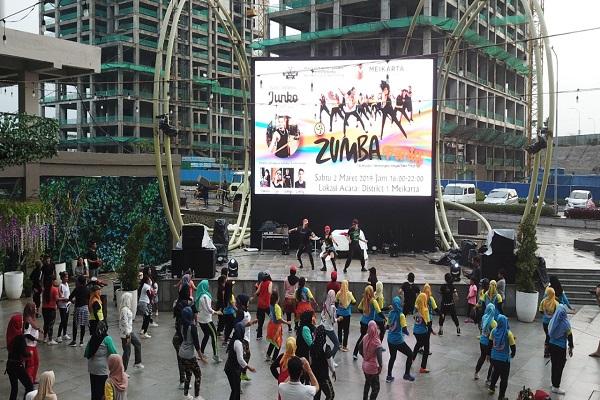 Ibu-ibu yang berasal dari Meikarta dan sekitarnya mengikuti kegiatan Zumba Party di pelataran Avenue of The Stars, District 1, Cikarang, Bekasi, Sabtu (9/3/2019). - Istimewa