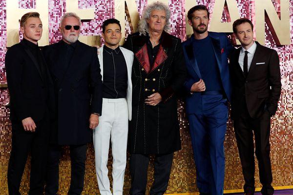 (Dari kiri) Ben Hardy, Roger Taylor, Rami Malek, Bryan May, Gwilym Lee, dan Joe Mazzello berfoto bersama dalam premier film Bohemian Rhapsody di London, Inggris, Selasa (23/10). - Reuters/Eddie Keogh