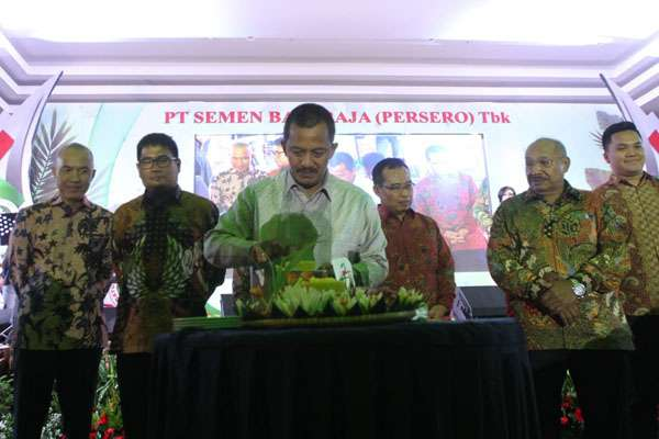 Direktur Utama PT Semen Baturaja (Persero) Tbk, Jobi Triananda Hasjim (tengah), saat perayaan HUT Perusahaan ke-44 di Palembang, Rabu (21/11/2018) malam. - Bisnis/Dinda Wulandari