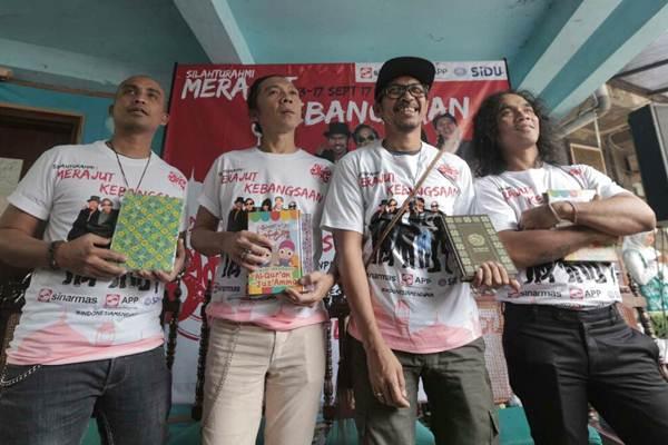 Personil Group Slank Kaka (dari kanan), gitaris Ridho, drumer Bimbim dan basis Ivanka berpose usai jumpa pers Tur Pesantren di 4 Kota, di Jakarta, Selasa (5/9). - JIBI/Nurul Hidayat