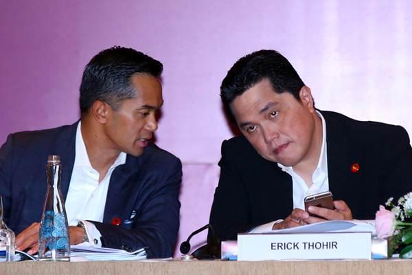 Komisaris Utama PT Intermedia Capital Tbk Anindya Novyan Bakrie (kiri) berbincang dengan Direktur Utama Erick Tohir saat RUPS PT Intermedia Capital Tbk dan PT Visi Media Asia Tbk di Jakarta, Selasa (26/6/2018). - JIBI/Abdullah Azzam