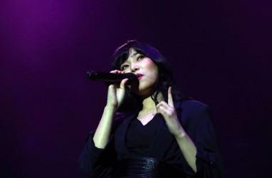 Cynthia Tan Desain Gaun Glamor untuk Isyana Sarasvati Saat Konser Boyzone