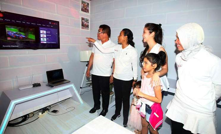 Menteri BUMN Rini Soemarno (kedua kiri) bersama Dirut PT Telkom Indonesia (Persero) Tbk Alex J. Sinaga (kiri) dan Direktur Consumer Service Siti Choiriana (kanan) mengamati salah satu produk IndiHome di sela-sela The Next IndiHome Luncurkan Digital Movement, di Jakarta, Senin (25/3/2019) malam. - Bisnis/Abdullah Azzam