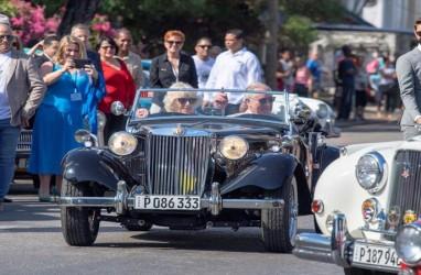 Pangeran Charles dan Camilla Kendarai Mobil Klasik Inggris di Kuba