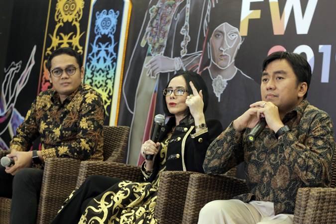 VP of Marketing Bukalapak Bayu Syerli (dari kiri), President Indonesia Fashion Week Poppy Dharsono dan CMO Wardah Salman Subakat memberi keterangan pers tentang Indonesia Fashion Week 2019, di Jakarta, Rabu (27/3/2019). - Bisnis/Felix Jody Kinarwan