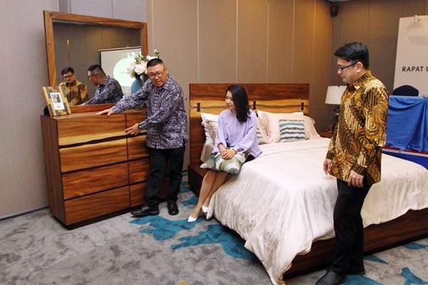 Direktur Keuangan PT Integra Indocabinet Tbk. (WOOD) Wang Sutrisno (dari kanan) bersama Asisten Direktur Clarissa Rusli, dan Direktur Pemasaran Widjaja Karli memperkenalkan produk perseroan, seusai rapat umum pemegang saham, di Surabaya, Senin (4/6/2018). - JIBI/Wahyu Darmawan
