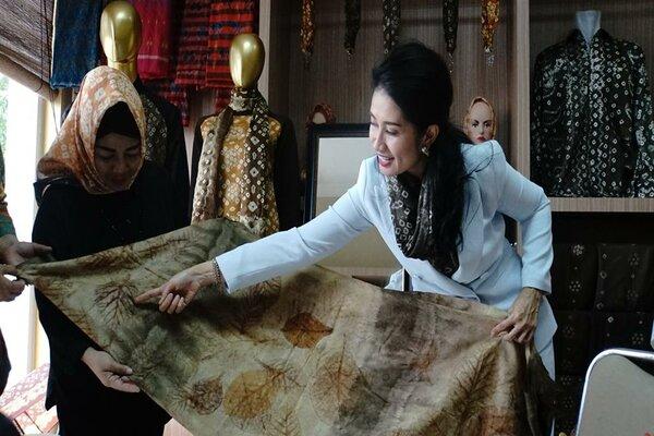 Inisiator kain jumputan Gambo Muba, Thia Yufada, menunjukkan kain tradisional tersebut ke pengunjung pameran. - Istimewa