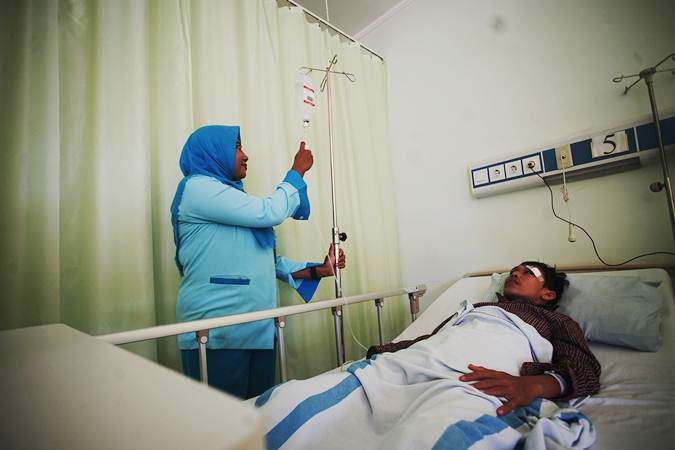 Petugas memeriksa pasien deman berdarah (DBD) di Rumah Sakit Umum Daerah (RSUD) Depok, Jawa Barat, Jumat (25/1/19). - ANTARA/Kahfie kamaru