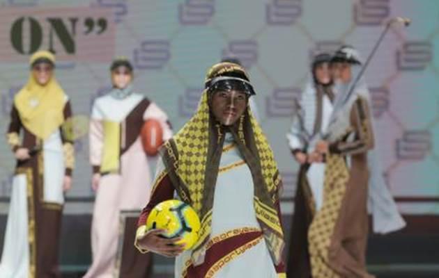 Model mengenakan busana rancangan Lia Soraya dalam pagelaran Indonesia Fashion Week 2019 di Jakarta Convention Center (JCC), Jakarta, Kamis (28/3/2019). Sejumlah perancang busana seperti Lia Afif, Tuty Adib, Lia Soraya, dan Jeny Tjahyawati menghadirkan rancangan busana muslim bertajuk Modest Glam di IFW 2019. - Bisnis/Felix Jody Kinarwan