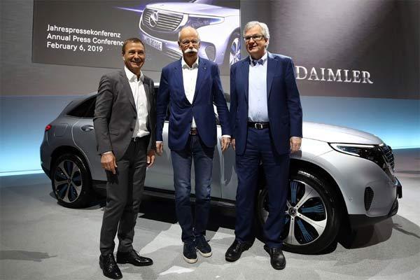 CEO Daimler AG Dieter Zetsche, CFO Bodo Uebber dan Kepala Divisi Truk dan Bus Daimler Martin Daum, menghadiri konferensi pers tahunan perusahaan di Stuttgart, Jerman, Rabu (6/2/2019). - Foto: REUTERS