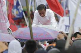 Tiba di Sorong, Jokowi Turun dari Mobil untuk Menyalami Warga
