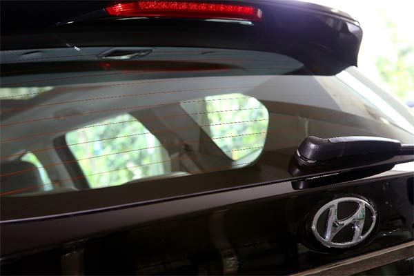 Defogger, cara kerja keduanya mirip yakni dengan memanfaatkan pemanas untuk mencegah atau menghilangkan pengembunan pada kaca.  - Hyundai