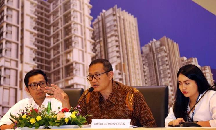 Direktur Pengembangan Bisnis PT Urban Jakarta Propertindo Tbk (URBN) Tri Rachman Batara (tengah) didampingi Corporate Secretary Staff Shinta T. Sutrisno (kanan) dan Corporate Legal Rian Fachmi memberikan penjelasan usai RUPST/RUPSLB di Jakarta, Jumat (5/3/2019). - Bisnis/Nurul Hidayat