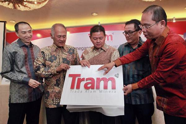 Komisaris PT Trada Alam Minera Tbk. Alfian Pramana (dari kiri), Komisaris Independen Bambang Setiawan, Direktur Utama Soebianto Hidayat, Direktur Independen Irwandy Arif, dan Direktur Ismail, berbincang di sela-sela konferensi pers di Jakarta, Selasa (7/11)./JIBI - /Dwi Prasetya
