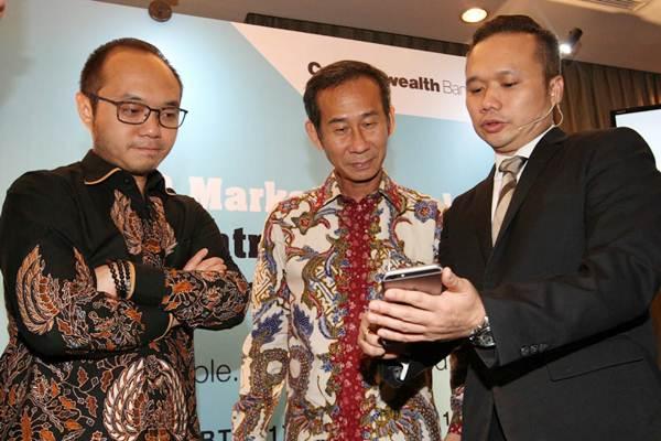 Head of Wealth Management & Client Growth Bank Commonwealth Ivan Jaya (kanan) berbincang dengan Executive Director Charta Politika Yunarto Wijaya (kiri), dan CEO Schroders Indonesia Michael Tjoajadi saat peluncuran aplikasi CommBank SmartWealth, di Jakarta, Kamis (17/1/2019). - Bisnis/Dedi Gunawan