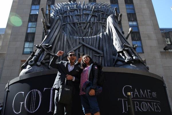 """Para penggemar serial """"Game of Thrones"""" berfoto di depan kursi raja, yang diberi nama Iron Throne, di depan Radio City Music Hall di New York, AS, Rabu (3/4/2019). - Reuters/Caitlin Ochs"""