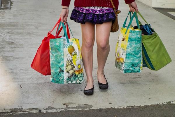 Ilustrasi orang berbelanja. - Bloomberg