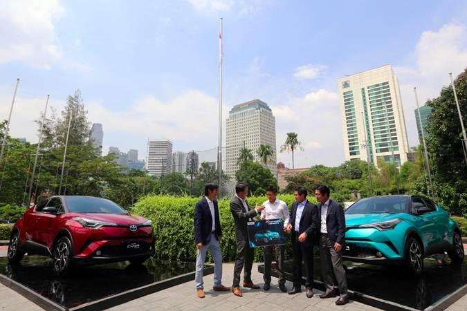 Presiden Direktur PT Toyota-Astra Motor (TAM) Yoshihiro Nakata (kedua kiri) bersama Wakil Presiden Direktur Henry Tanoto (kedua kanan), Direktur Anton Jimmi Suwandy (kiri) dan Kazunori Minamide (kanan) berbincang dengan mantan pebalap F1 Rio Haryanto (tengah) di sela-sela peluncuran Toyota C-HR Hybrid di Jakarta, Senin (22/4/2019). - Bisnis/Abdullah Azzam