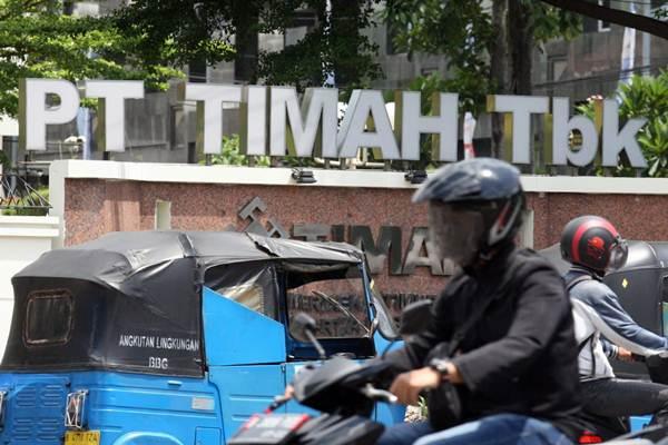 Angkutan umum roda tiga menunggu calon penumpang di depan kantor PT Timah Tbk di Jakarta, Rabu (2/1/2018). - Bisnis/Dedi Gunawan