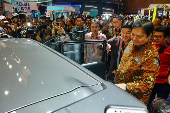 Menteri Perindustrian Airlangga Hartarto (kanan) mengunjungi stan peserta di sela-sela pembukaan pameran Telkomsel Indonesia International Motor Show (IIMS) 2019 di Jakarta, Kamis (25/4/2019). - Bisnis/Felix Jody Kinarwan