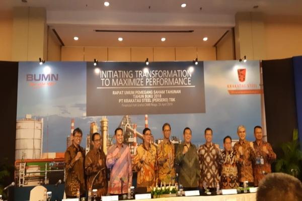 Direktur Utama Krakatau Steel Silmy Karim (kelima dari kanan) usai mengikuti RUPST kinerja 2018 di Jakarta pada Jumat (26/4/2019). - Bisnis/Azizah Nur Alfi