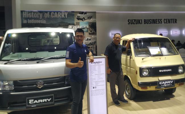Dan Sani (kanan) berfoto di dekat mobil Carry ST20 lansiran 1981 miliknya yang terpilih sebagai juara Legenda Carry, Jumat (26/4/2019). - Thomas Mola