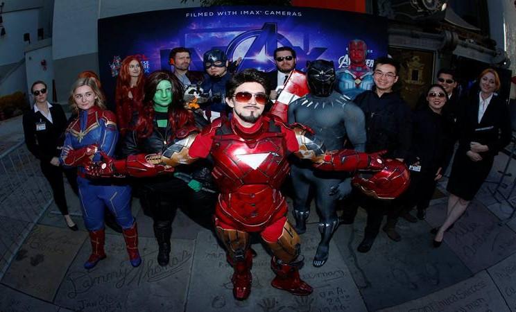 "Penggemar Avengers mengenakan kostum para superhero berkumpul di TCL Chinese Theatre di Hollywood untuk menghadiri pemutaran perdana ""Avengers: Endgame"" di Los Angeles, California, AS, 25 April 2019. - Reuters"
