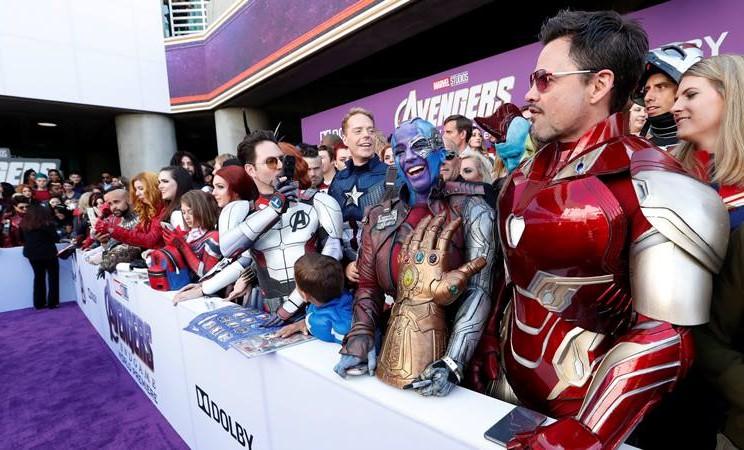 Penggemar menggunakan kostum menunggu pemain fim The Avengers:Endgame di karpet merah pemutaran perdana di Los Angeles, California pada Senin (22/4/2019). - REUTERS/Mario Anzuoni.