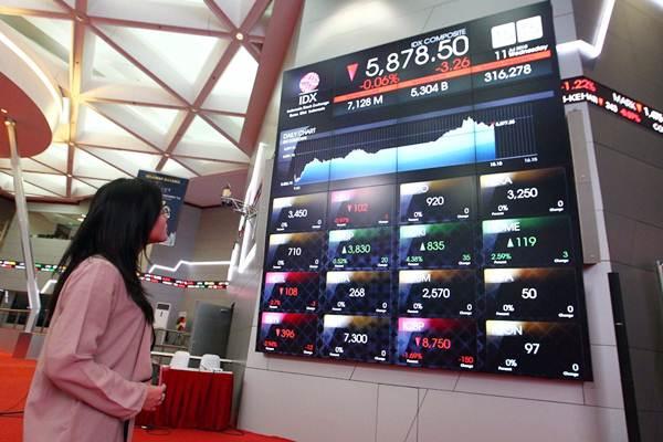 Pengunjung mengamati papan monitor yang menunjukkan pergerakan indeks harga saham gabungan (IHSG) di gedung Bursa efek Indonesia - Bisnis/Dwi Prasetya