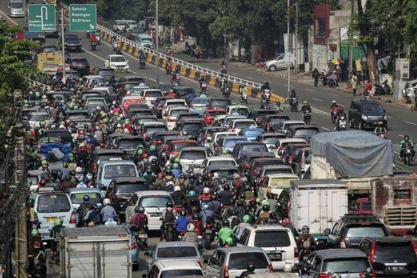 Kendaraan bermotor terjebak kemacetan di Jalan KH. Abdullah Syafei, Jakarta, Senin (7/1/2019). - ANTARA/Dhemas Reviyanto