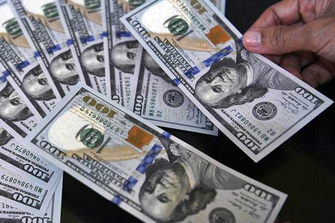 Petugas melayani penukaran uang dolar Amerika di salah satu gerai penukaran valuta asing, Jakarta, Jumat (1/3/2019). - ANTARA/Puspa Perwitasari