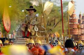 Pakai Jubah Berhias Berlian, Raja Maha Vajiralongkorn…