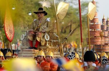 Pakai Jubah Berhias Berlian, Raja Maha Vajiralongkorn Diangkut Tandu Berlapis Emas
