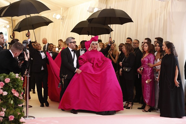 Aksi Lady Gaga di Met Gala Metropolitan Museum of Art Costume Institute, New York (6/5/2019) - Reuters/Andrew Kelly