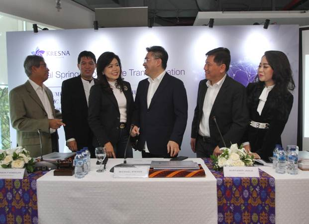 Dirut PT Kresna Graha Investama Tbk Michael Steven (ketiga kanan) berbincang dengan Komisaris Independen Robinson Simbolon (dari kiri), Direktur Sanverandy H Kusuma, Komisaris Utama Ingrid Kusumadjaja, Direktur Suryandy Yahya, dan Direktur Dewi Kartini Laya, usai RUPST perseroan,  di Jakarta, Selasa (7/5/2019). - Bisnis/Endang Muchtar