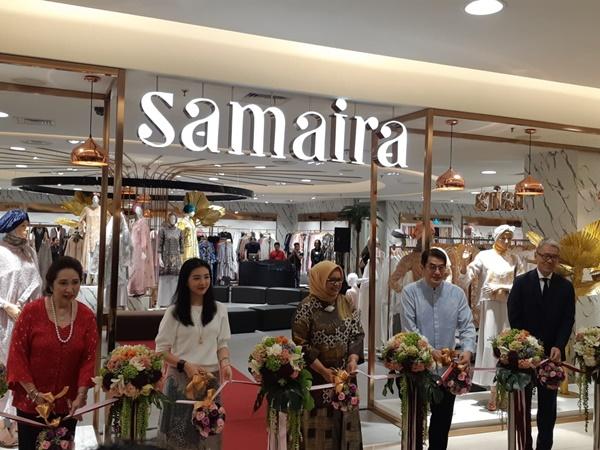 Ketua Dewan Kerajinan Nasional Daerah (Dekranasda) DKI Jakarta Fery Farhati Baswedan membuka gerai Samaira di Sogo Kota Kasablanka -  Bisnis/ Eva Rianti