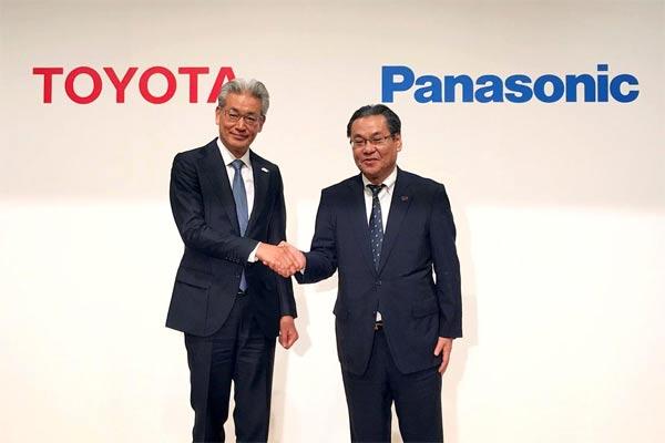 Masayoshi Shirayanagi, Pejabat Operasional Toyota Motor Corporation, berjabat tangan dengan Senior Managing Executive Officer Panasonic Corporation Makoto Kitano selama konferensi pers bersama di Tokyo, Kamis, 9 Mei 2019.  - REUTERS