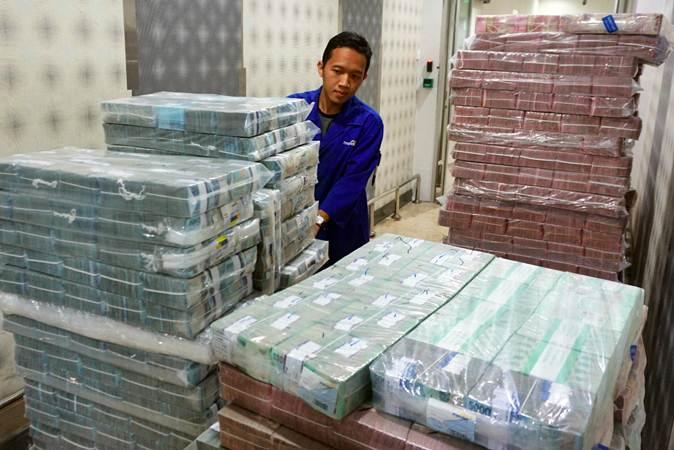 Karyawan memeriksa pasokan uang di Cash Pooling Bank Mandiri, Jakarta, Kamis (9/5/2019). - Bisnis/Abdullah Azzam