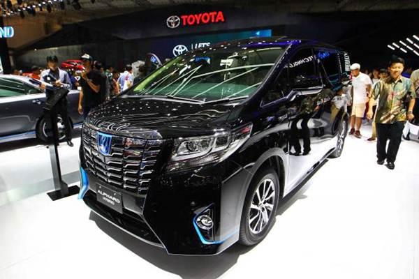 Mobil Toyota Alphard Hybrid dipamerkan pada ajang Gaikindo Indonesia International Auto Show (GIIAS) 2017 di Tangerang Banten, Jumat (11/8). - JIBI/Dwi Prasetya