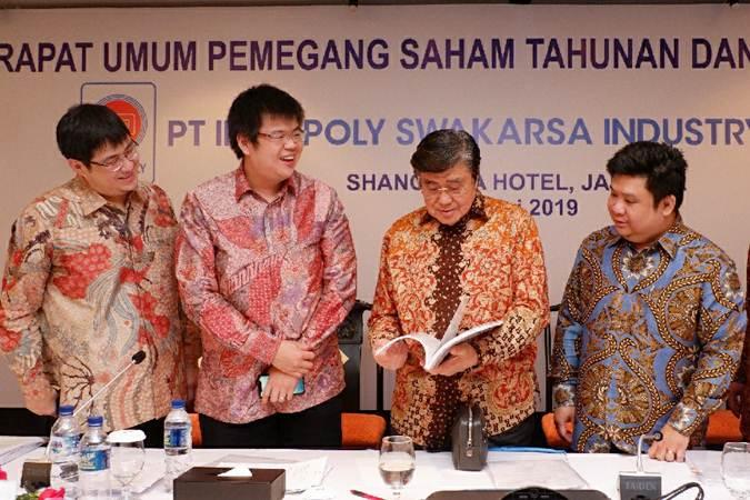 Presiden Direktur PT Indopoly Swakarsa Industry Tbk. Henry Halim (kedua kanan), Wakil Direktur Utama Jeffry Halim (kedua kiri),  Direktur  Kho Tiat Hong (kiri) dan Direktur Leo Firdaus berbincang usai RUPST, di Jakarta, Rabu (15/5/2019). - Bisnis/Nurul Hidayat