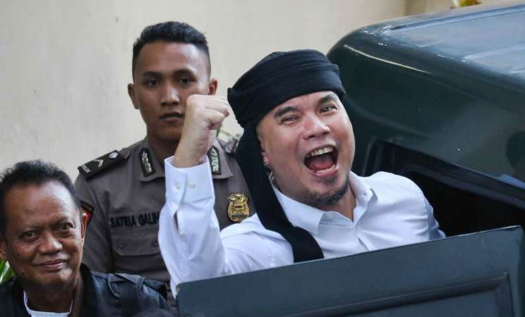 Terdakwa kasus dugaan pencemaran nama baik Ahmad Dhani Prasetyo (kanan) masuk ke mobil tahanan usai mengikuti sidang tuntutan di Pengadilan Negeri Surabaya, Jawa Timur, Selasa (23/4/2019). - ANTARA/Didik Suhartono