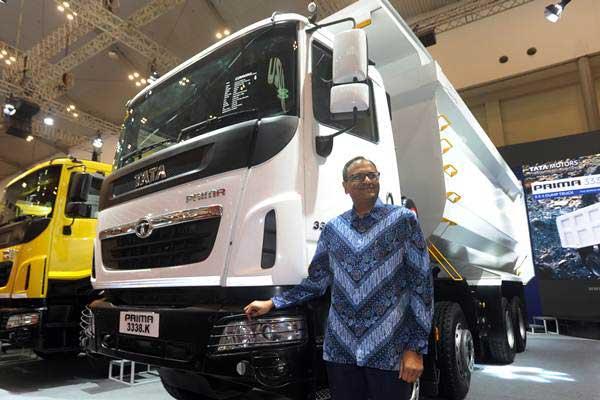 Presiden Direktur Tata Motors Distribusi Indonesia Biswadev Sangupta berfoto di depan truk Tata Prima 3338.K yang diluncurkan pada pameran otomotif Gaikindo Indonesia International Auto Show (GIIAS) 2018, di Serpong, Tangerang Selatan, Banten, Kamis (2/8/2018). - ANTARA/Audy Alwi