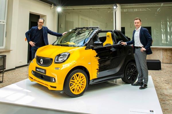 Daniel Lescow, head of brand and product management Smart, dan Konstantin Grcic menunjukkan Final Collector's Edition 21 di Berlin.  - DAIMLER