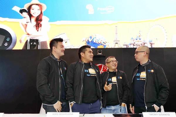 Direktur Utama PT Yelooo Integra Datanet (Passpod) Hiro Whardana (kedua kiri), Komisaris Andrew Suhalim (kiri), Direktur Wewy Susanto (kedua kanan) dan CEO Digitaraya Google Developer Launchpad Yansen Kamto berbincang usai membuka perdagangan saham sekaligus pencatatan perdana saham PT Yelooo Integra Datanet Tbk (YELO), di Bursa Efek Indonesia, Senin (29/10/2018). - JIBI/Nurul Hidayat