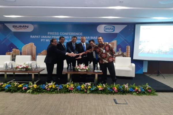 (Dari kanan) (Pakai batik) Direktur Keuangan WIKA Ade Wahyu, Direktur QHSE Wika Danu Prijambodo, Direktur Utama WIKA Tumiyana, Direktur Operasi WIKA Bambang Pramujo, Direktur Operasi WIKA Destiawan Soewardjono, Direktur Human Capital dan Pengembangan WIKA Novel Arsyad usai konferensi pers RUPSLB WIKA, Jakarta, Senin (25/3/2019)./Bisnis - Muhammad Ridwan