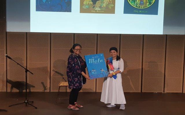 Okky Madasari (kanan) saat peluncuran novel Mata dan Manusia Laut bertempat di Galeri Indonesia Kaya, Minggu (19 - 5).