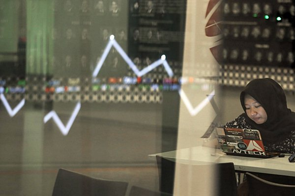 Karyawan beraktivvitas di dekat papan penunjuk Indeks Harga Saham Gabungan (IHSG) di gedung Bursa Efek Indonesia, Jakarta, Senin (7/1/2019). - Bisnis/Felix Jody Kinarwan