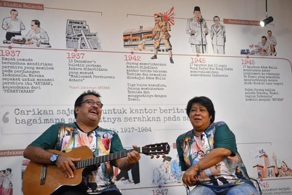 Aktor pemeran Doel, Rano Karno (kiri) bermain gitar didampingi aktris pemeran Atun, Suti Karno. - Antara