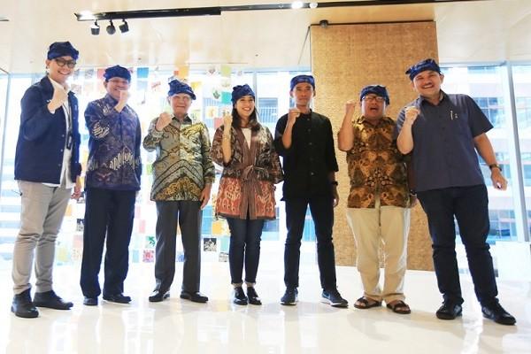 Penerima apresiasi Semangat Astra Terpadu Untuk Indonesia (SATU Indonesia) Awards 2018 Narman (ketiga kanan) bersama Juri SATU Indonesia Awards 2019 Prof. Emil Salim (ketiga kiri), Prof. Fasli Jalal (kedua kiri), Onno W. Purbo Ph.D. (kedua kanan), Deputy Chief of Corporate Affairs Astra Riza Deliansyah (kanan), Head of Corporate Communications Astra Boy Kelana Soebroto (kiri) dan juri tamu Dian Sastrowardoyo (tengah) yang juga pegiat seni memakai ikat kepala khas Baduy seusai kick/off SATU Indonesia Awards.